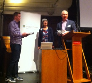 Thomas Pelgrim krijgt de EAHIL-beurs uitgereikt